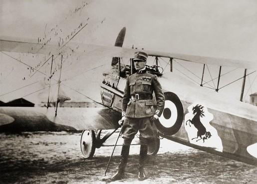 Francesco Baracca davanti al suo aereo (Wikimedia)