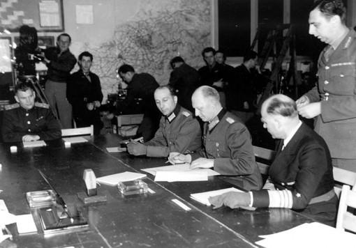 Alfred Jodl, al centro, firma la resa tedesca a Reims il 7 maggio 19745 (Musee de la Reddition)
