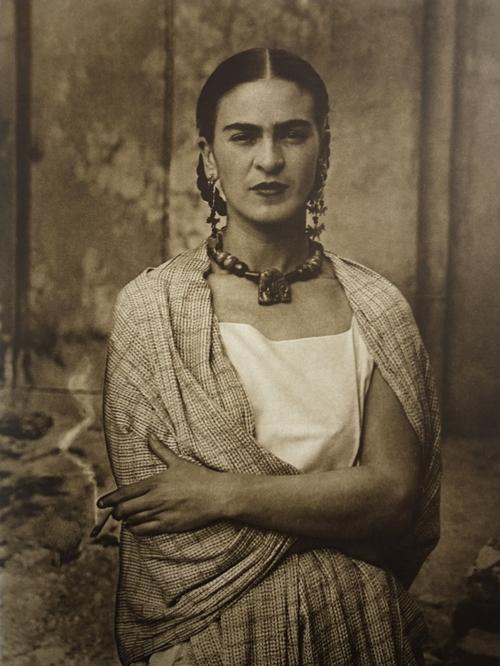 Frida Kahlo nel 1932, in una delle fotografie scattate dal padre Guillermo Kahlo.