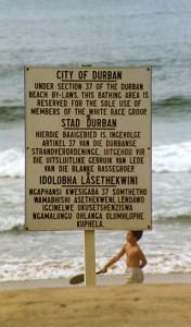 Un cartello che riservava l'uso della spiaggia ai soli bianchi