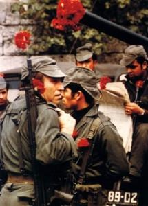 25 aprile 1974: garofani e fucili (da Vieiros.com)