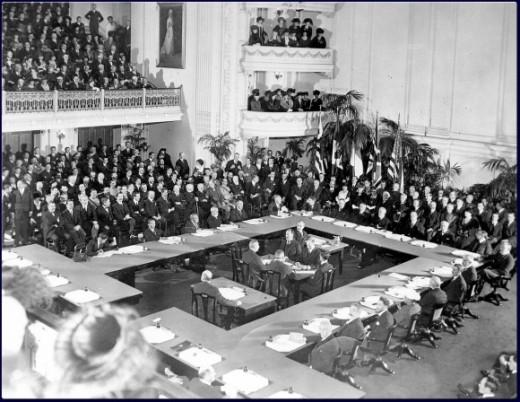 La sala della reggia di Versailles dove fu siglato il trattato che mise fine alla Prima Guerra mondiale (da Wikipedia)