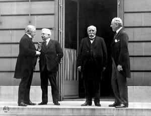"I ""quattro grandi"" a Versailles: Lloyd George (Uk), Orlando (I), Clemenceau (F), Wilson (Usa) (Da Wikipedia"