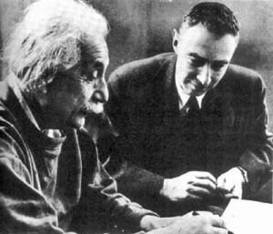 Albert Einstein e Robert Oppenheimer (da Wikipedia)