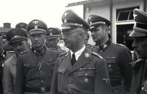 Himmler (al centro) circondato da ufficiali delle SS (Bundesarchiv via Wikimedia)