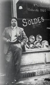 Morris nel 1928 davanti al suo megozio di autoricambi (Wikimedia Commons)