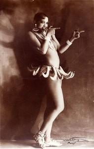 Josephine Baker con il gonnellino di banane che la rese famosa (Wikipedia)
