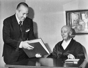 Franco (a drestra) nel 1975, poco prima della morte con lui è il presidente Carlos Arias Navarro (Wikipedia)