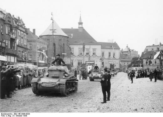 Carri armati tedeschi in marcia nel 1938 (Bundesarchiv)