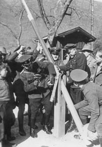 Austria 1938: Doganieri austriaci e soldati tedeschi rimuovono le barriere di frontiera (Bundesarchiv)
