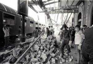 Soccorritori a lavoro dopo l'attentato alla stazione di Bologna, 2 agosto 1980. ANSA