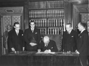 Il capo provvisorio dello Stato Enrico De Nicola (c), alla presenza di Alcide de Gasperi (s) e Umberto Terracini (primo sa destra) firma il testo della Costituzione Italiana, approvata il 27 dicembre 1947 e promulgata da De Nicola, per poi entrare in vigore l'1 gennaio 1948. ARCHIVIO /ANSA / JI-PR