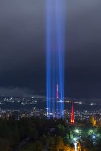 Un fascio di luce sopra il Tsitsernakaberd, il monumento di Yerevan eretto quale memoriale del Genocidio armeno (Karo Sahakyan, Ap)