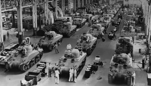 Una catena di montaggio di carri armati americanoi Sherman in una fabbrica di Detroit (Wikimedia)