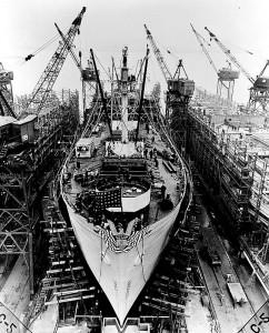 Una nave mercantile del tipo Liberty in costruzione in una cantiere americano (Wikimedia)