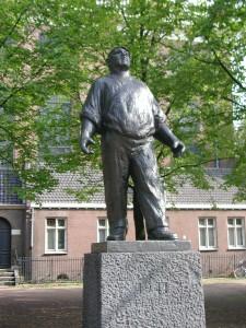 Statua De Dokwerker (il portuale) ad Amsterdam a memoria dello sciopero di febbraio