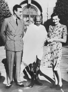 Lord Louis Mountbatten, zio del defunto principe consorte Filippo con Gandhi (Foto d'archivio) © ANSA/EPA