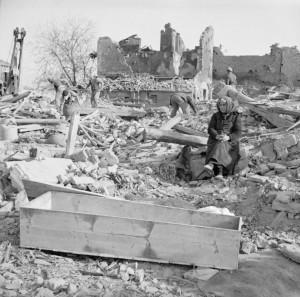 8th_Army-_the_Drive_To_Bologna_and_Ferrara_NA24104: Morte e distruzione nella primavera del 1945, località tra Bologna e Ferrara. CREDIT: Imperial War Museums
