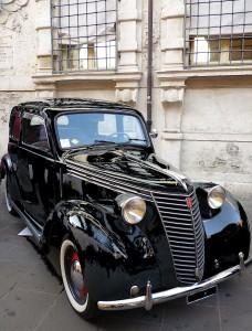 UnaFiat1100musonedavantiaPalazzoBentivoglio(Fe): Una Fiat 1100 'musone' davanti a Palazzo Bentivoglio (Fe), ex tribunale. (giorni nostri) NO CREDIT