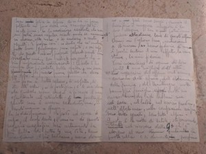 """Era partito da Barletta per il fronte russo nel 1943, durante la seconda guerra mondiale, ma non è più tornato. Oggi, 78 anni dopo, alla famiglia del tenente Vincenzo Fugalli è stata consegnata una lettera che il giovane soldato barlettano aveva scritto dal fronte ma mai giunta a destinazione. La lettera è finita casualmente nelle mani di una donna di Mantova, Olga Rosa Davini, che in una cerimonia organizzata a palazzo di città l'ha consegnata a Serena Fugalli, nipote del militare. """"I miei genitori, particolarmente mio padre, - ha spiegato la signora Davini - si sono adoperati senza tregua nel dopoguerra con il governo russo per rendere possibile il rientro delle salme di alcuni soldati caduti su quel fronte durante il secondo conflitto mondiale. Una missione basata su trattative a dir poco ardue, ma portata avanti nella consapevolezza morale di offrire un impagabile omaggio alla memoria di tanti militari che non hanno potuto riabbracciare i propri cari. Io ho raccolto quest'eredità innata e proprio nel corso delle infaticabili ricerche ho ritrovato il manoscritto che, dopo il tam tam attivato con successo tramite i canali social e i media, posso riconsegnare oggi alla famiglia del tenente Vincenzo Fugalli"""". La consegna è avvenuta alla presenza del sindaco Cosimo Cannito, che ha commentato il gesto come """"una missione carica di umanità, una lezione di sensibilità che considero un privilegio aver ascoltato dalla voce di chi ne è artefice. Esprimo tutta la mia ammirazione per l'esemplare ostinazione che anima l'operato della signora Olga, ripagata dall'emozione dei parenti che possono rientrare in possesso di una lettera dal valore affettivo inestimabile. Tutta la città Barletta - ha detto il sindaco - oggi deve essere grata per questo gesto di assoluto valore"""", Bari, 4 giugno 2021. ANSA"""