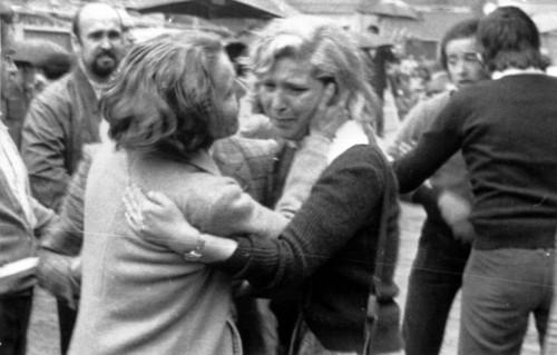 Il pianto dei parenti delle vittime dell'attentato a piazza Della Loggia a Brescia, in una immagine del 28 maggio 1974