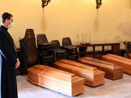 Le bare dei morti bresciani nella chiesa del cimitero Vantiniano