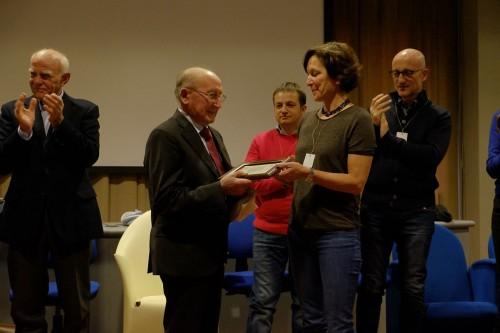Matilde Poggi, presidente Fivi, consegna il premio Vignaiolo dell'anno a Luigi Gregoletto