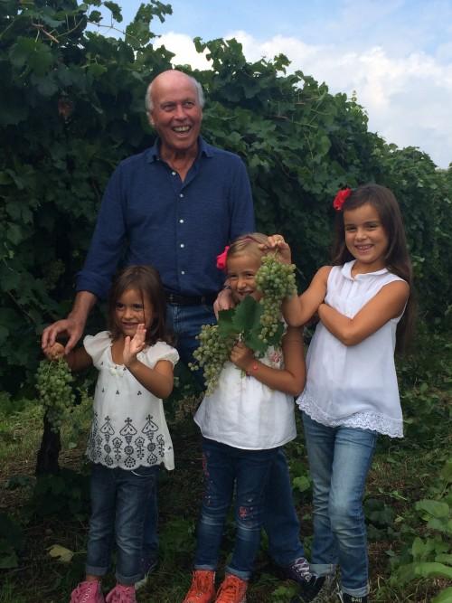 Aneri con le nipotine in vigna