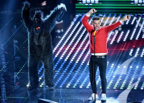 Francesco Gabbani e la scimmia danzante (Ansa)