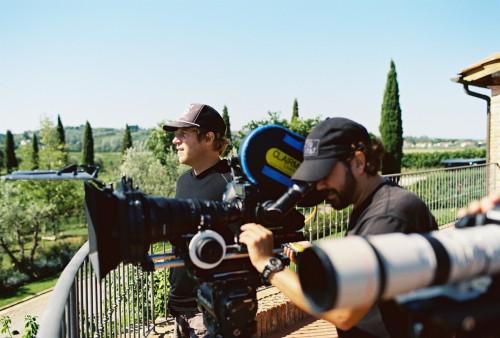Il regista Jason Baffa, nei giorni di riprese alla tenuta di Castellani a Crespina