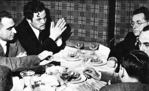 Orsini Welles, ultimo a sinistra, di fronte a lui Palmiro Togliatti, la foto venne pubblicata dal settimanale. Tempo