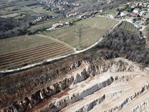 Le vigne e la cava del Botticino