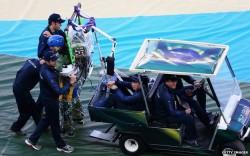 Juliano Pinto portato a bordo campo con uno speciale golf cart
