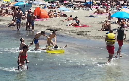 Gli otto ragazzi alla fine di una delle prove in spiaggia