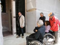 All'ingresso dell'ascensore con il capo dei restauri e due pellegrini del cammino Di qui passò Francesco