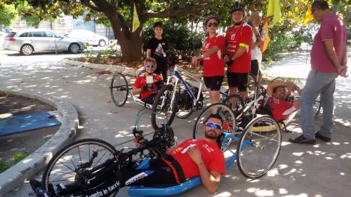Il team di Samuel Marchese si riposta all'ombra nella tappa Catania-Messina