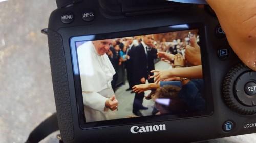 Papa Francesco fa il gesto dell'Ok a Samuel Marchese