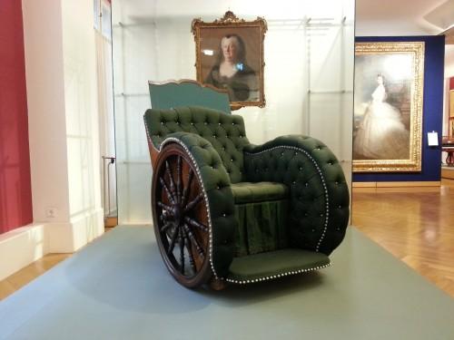 Al museo del mobile è possibile vedere anche un'antica sedia a rotelle della madre di Maria Teresa, Elisabetta Cristina, datata 1740.