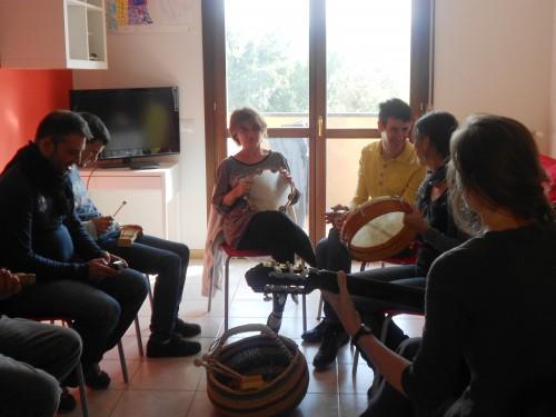 Le persone con disabilità ospiti di Pontassieve durante l'ora di Musicoterapia