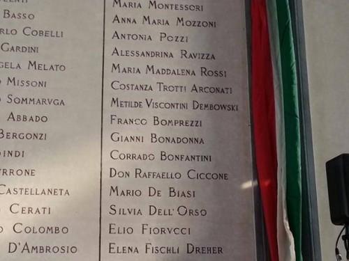 La targa con il nome di Franco Bomprezzi si trova sulla parete opposta all'entrata sulla destra