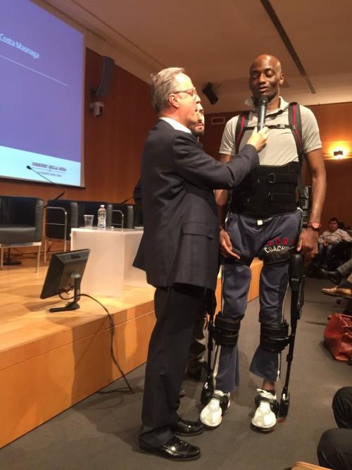 Franco Molteni introduce Gianbattista con l'esoscheletro a InnovAbili