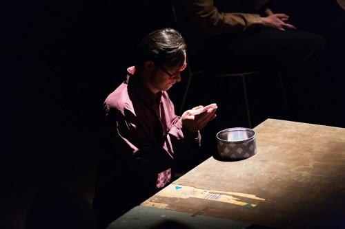 """Giuseppe Caccamese in scena durante lo spettacolo """"La ballata degli elefanti"""" regia di Pamela Toscano"""