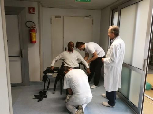 Giambattista Tshiombo con Franco Molteni si prepara con l'esoscheletro