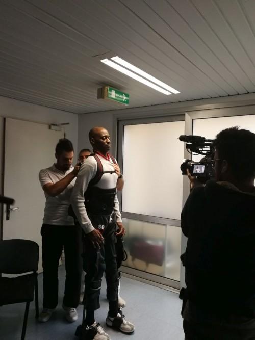 Giambattista Tshiombo con l'esoscheletro ripreso dal regista di InViati Speciali, Gabriele Gravagna