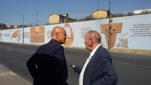 Antonio Presti e Domenico Iannacone durante le riprese de I Dieci Comandamenti presso la Porta della Bellezza, a Librino