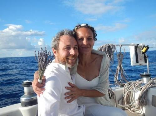 Andrea Stella e Maria Foscarini appena sposati sul catamarano nel 2017