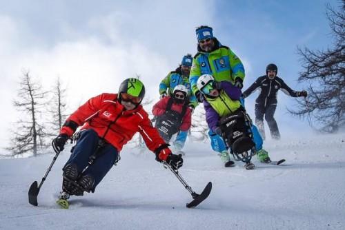 Alex Zanardi sulle nevi di Sauze d'Oulx seguito da Cocca Visconti, campionessa di boccia, e Vittorio Cernuschi, giocatore di powerchair hockey