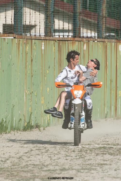 Vanni Oddera in sella alla sua Ktm con un ragazzo con disabilità