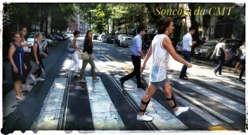 Caterina mentre attraversa una strada cone le sue ortesi