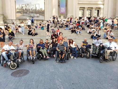 Il gruppo davanti al Metropolitan Museum a New York
